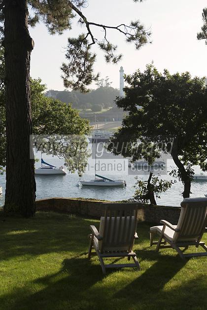 """Europe/France/Bretagne/29/Finistère/Ste-Marine:Hotel-Restaurant """"La Villa Tri Men"""" le port et le Phare de Benodet vus depuis le jardin de la Vlla"""