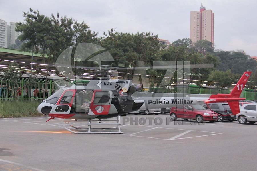 SÃO PAULO,SP.02.07.2015 - ACIDENTE-SP - Motociclista perde o controle e cai embaixo de ônibus na rua Arco Angélica no bairro de Pirituba na região oeste de São Paulo na tarde desta quinta-feira 02. O helicóptero Águia foi acionado e a vítima socorrida em estado grave.(Foto Marcio Ribeiro / Brazil Photo Press)