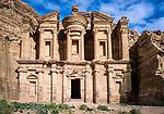 Jordanien, Gouvernement Ma'an, Petra: Der Felsentempel Ad Deir (Kloster), Petra steht seit 1985 auf der Liste der UNESCO-Welterbestaetten | Jordan, Ma'an Governorate, Petra: Ad-Deir (Dayr) Monastery - UNESCO World Heritage site