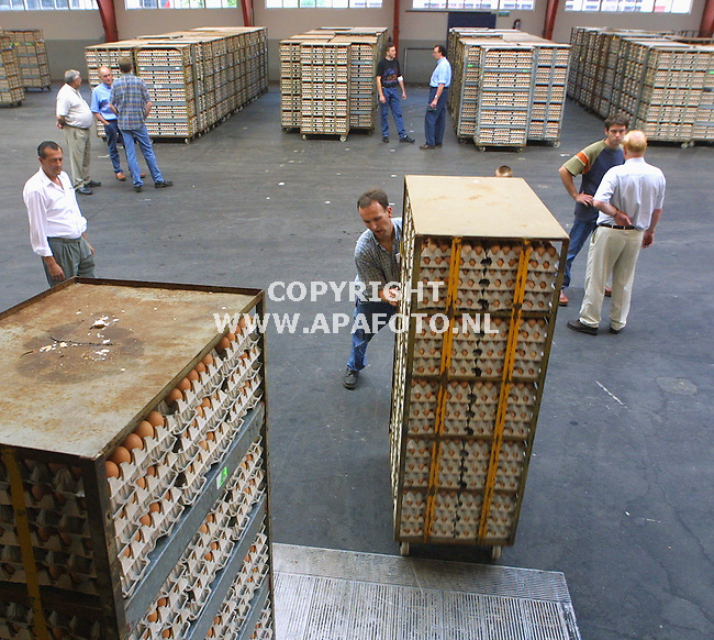 Barneveld, 160801<br />Eiermarkt, een koper laad zijn wagen. In de achtergrond zijn kopers en verkopers aan het onderhandelen.<br />Foto: Sjef Prins / APA Foto.