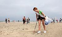 Nederland -  Wijk aan Zee - 2019. Boskalis Beach Cleanup Tour. In de zomer van 2019 wordt de hele Noordzeekust weer schoon dankzij de Boskalis Beach Cleanup Tour van Stichting De Noordzee. Dit wordt gedaan om om te laten zien hoeveel afval er op de stranden ligt en in zee terechtkomt. De plasticsoep zorgt ervoor dat er jaarlijks meer dan 1 miljoen zeedieren sterven. Miss Beauty's 2019 en Miss Earth helpen vandaag mee. Miss Beauty of Utrecht.     Foto mag niet in negatieve / schadelijke context worden gepubliceerd.     Foto Berlinda van Dam / Hollandse Hoogte