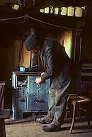 Europe/France/Auvergne/15/Cantal/env de Vic sur Cère: vie rurale vieil agriculteur devant le fourneau de sa cuisine [Non destiné à un usage publicitaire - Not intended for an advertising use] [<br /> PHOTO D'ARCHIVES // ARCHIVAL IMAGES<br /> FRANCE 1980