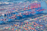 Containerschiff unter dem Containerkran des Burchardkai: EUROPA, DEUTSCHLAND, HAMBURG, (EUROPE, GERMANY), 13.10.2020 Containerschiff unter dem Containerkran des Burchardkai