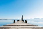 Deutschland, Bayern, Chiemgau, bei Seebruck am Chiemsee: Boots- und Badesteg beim Cafe Malerwinkel | Germany, Upper Bavaria, Chiemgau, near Seebruck at Lake Chiemsee: Jetty near Cafe 'Malerwinkel'