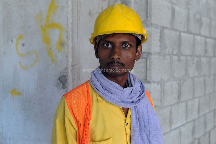 Doha Qatar novembre 2010. Operaio indiano in pausa durante la costruzione dello sviluppo immobiliare The Pearl. Una parte è liberamente ispirata all'architettura di Venezia. An Indian worker at rest during the construction works of the new real estate development The Pearl a part of which is freely inspired  by Venezia's architecture.