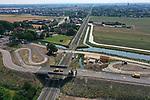 Foto: VidiPhoto<br /> <br /> ELST – Het nieuwe viaduct over het spoor Arnhem-Nijmegen, bij Elst in aanbouw dinsdag. In opdracht van gemeente Overbetuwe en het ministerie van Infrastructuur en Waterstaat voeren ProRail en aannemers Heijmans, Strukton en Mobilis-Hegeman van woensdag 19 augustus tot maandag 24 augustus diverse werkzaamheden uit bij de nieuwe onderdoorgang Rijksweg-Noord en het viaduct bij de 1e Weteringsewal in Elst (foto). Door deze werkzaamheden is er geen treinverkeer mogelijk tussen Arnhem Centraal en Nijmegen en tussen Elst en Tiel. In juni zijn betonnen liggers over het spoor op het nieuwe viaduct bij de 1e Weteringsewal geplaatst. Aannemer Heijmans brengt nu de leuningen van het viaduct aan. Na het aanbrengen van de leuningen wordt het viaduct afgebouwd en daarna zo spoedig mogelijk voor het verkeer in gebruik gesteld. Wanneer in 2021 ook de onderdoorgang klaar is, is één van de drukste spoortrajecten van Nederland, Arnhem-Nijmegen, geheel overwegvrij. Het verkeer kan dan overal veilig het spoor kruisen.