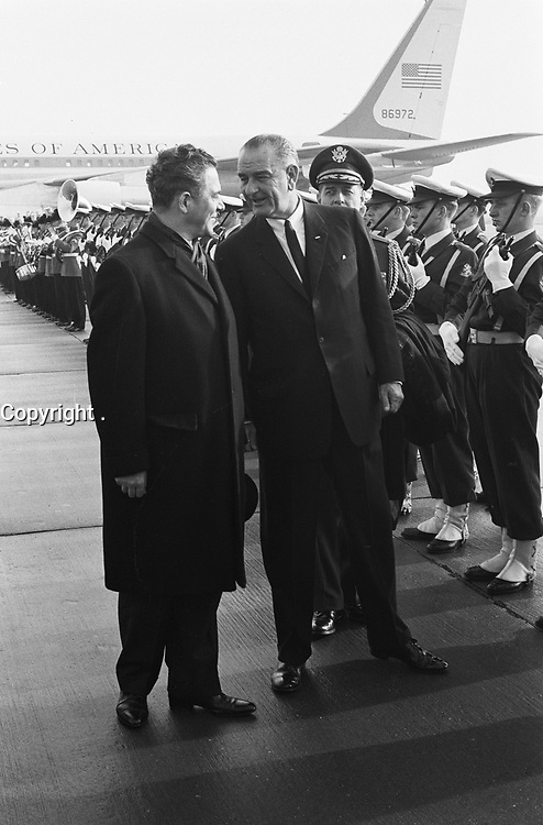 Vice President Lyndon Johnson in the Netherlands upon arrival. Lyndon Johnson and Prime Minister Marijnen,  November 5, 1963<br /> <br /> Photographer Pot, Harry / Anefo