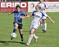 VV Rassing Harelbeke - Dames Club Brugge : Lore Dezeure (links) is vlugger op de bal dan Sharon Vervaeke.foto VDB / BART VANDENBROUCKE
