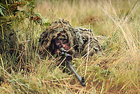 - Royal Army, camouflaged sharpshooter....- Royal Army, tiratore scelto mimetizzato