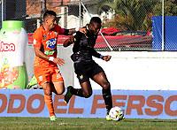 ENVIGADO - COLOMBIA, 18–10-2021: Jhonatan Lopera de Envigado F. C. y Alvaro Angulo de Aguilas Doradas Rionegro disputan el balon durante partido entre Envigado F. C. y Aguilas Doradas Rionegro de la fecha 14 por la Liga BetPlay DIMAYOR II 2021 en el estadio Polideportivo Sur de la ciudad de Envigado. / Jhonatan Lopera of Envigado F. C. and Alvaro Angulo during a match between Envigado F. C. and Aguilas Doradas Rionegro of the 14th date for the BetPlay DIMAYOR II League 2021 at the Polideportivo Sur stadium in Envigado city. / Photo: VizzorImage / Andres Alvarez / Cont.