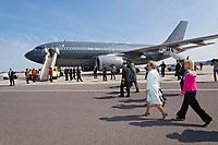 Visite de Leurs Altesses Royales, le Duc et la Duchesse de Cambridge à Montréal, arrivée à l'aéroport, accueil par le lieutenant-gouverneur du Québec M. Pierre Duchesne accompagné de son épouse Mme Ginette Lamoureux et Mme Gagnon-Tremblay ministre des Relations Internationales // Visit of Their Royal Highnesses, the Duke and Duchess of Cambridge in Montreal, arrived at the airport, welcomed by the Lieutenant-Governor of Quebec Mr. Pierre Duchesne accompanied by his wife Mrs. Ginette Lamoureux and Mrs. Gagnon-Tremblay Minister of International Relations<br /> PHOTO :  Agence Quebec presse