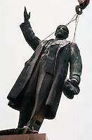 LETTLAND, 24./25.08.1991. Riga. Waehrend des Anti-Gorbatschow-Putsches versuchen sowjetische Truppen, die Kontrolle ?ber Riga zu erhalten, mit dem Scheitern des Putsches gewinnt Lettland endgueltig seine Unabhaengigkeit. Ð Wenige Tage spaeter wird die Leninstatue auf dem Freiheitsboulevard gestuerzt. Die Maenner arbeiten die ganze Nacht mit ihren Schneidbrennern. Erst am Morgen wird Lenin herabgehoben und abtransportiert.   During the anti-Gorbachev-coup Soviet troops try to obtain control of Riga. With the failure of the coup Latvia finally regains its independence. - A few days later the Lenin statue on Liberty avenue is toppled. The men weld and cut the whole night. The morning hours see Lenin removed and taken away..© Martin Fejer/EST&OST