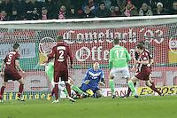 Robert Wulnikowski (OFC) rettet gegen Bas Dost (Wolfsburg)