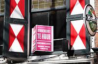 Nederland Den Haag -  maart 2021. Horeca met protestbord. Binnenkort te Huur. Foto Berlinda van Dam / ANP / HH