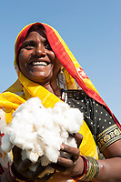 India Madhya Pradesh Khargone ,tribal farmer of cooperative Shiv Krishi Utthan Sanstha produce fairtrade and organic cotton/  INDIEN Madhya Pradesh Khargone , Kooperative Shiv Krishi Utthan Sanstha vermarktet fairtrade und Biobaumwolle von Adivasi Farmern