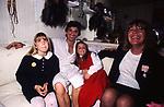 GIGI PROIETTI CON LA MOGLIE SAGITTA E LE FIGLIE NEI CAMERINI DEL TEATRO SISTINA ROMA 1989