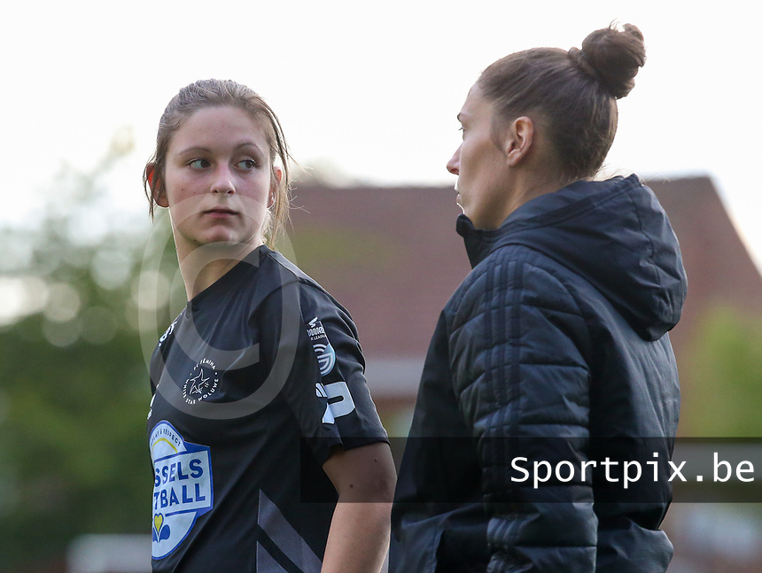 Kenza Vrithof (9) of Woluwe and Head coach Audrey Demoustier of Woluwe pictured before a female soccer game between Sporting Charleroi and White Star Woluwe on the 7 th matchday in play off 2 of the 2020 - 2021 season of Belgian Scooore Womens Super League , friday 14 th of May 2021  in Marcinelle , Belgium . PHOTO SPORTPIX.BE   SPP   Sevil Oktem