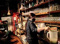CHIA - COLOMBIA, 25-08-2020: En Cundinamarca comenzo la prueba piloto para reabrir los restaurantes cumpliendo con las normas de bioseguridad exigidas por el gobierno para evitar el contagio del COVID-19, con esto se busca reactivar la economia y permitir al gremio de restaurantes retomar sus actividades con la mayor normalidad posible. / In Cundinamarca, the pilot test began to reopen the restaurants complying with the biosafety standards required by the government to avoid the spread of COVID-19, with this it seeks to reactivate the economy and allow the restaurant union to resume its activities as normally as posible. / Photo: VizzorImage / Alejandro Avendaño / Cont.