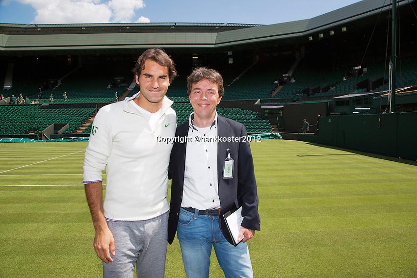 20-06-12, England, London, Wimbledon, Tennis, Toernooi Directeur van het ABNAMROWTT Richard Krajicek met zijn aanwinst voor het komende 40 jarige jubileum Roger Federer.