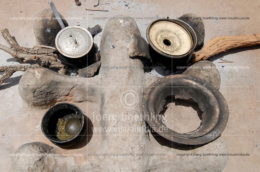 BURKINA FASO, Gaoua, village Obire, clay stove with vessel and firewood / BURKINA FASO, Dorf Obire, Kochstelle aus Lehm