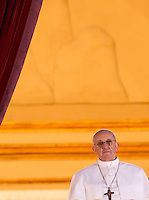 Il nuovo Papa Francesco osserva la folla di fedeli dalla Loggia centrale della Basilica di San Pietro, Citta' del Vaticano, 13 marzo 2013. Il cardinale argentino Jorge Mario Bergoglio, che ha scelto il nome di Papa Francesco, e' il 266esimo Pontefice della Chiesa Cattolica Romana eletto dai 115 cardinali del Conclave.<br /> Newly elected Pope Francis looks at the crowd from the central balcony of St. Peter's Basilica at the Vatican, 13 March 2013. Argentine Cardinal Jorge Mario Bergoglio, who chose the name of Pope Francis, is the 266th pontiff of the Roman Catholic Church elected by a Conclave of 115 cardinals. <br /> UPDATE IMAGES PRESS/Riccardo De Luca<br /> STRICTLY ONLY FOR EDITORIAL USE