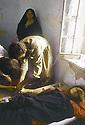 Irak 1991  Halabja in ruins: Un infirmier avec une malade à l'hopital   Iraq 1991  Halabja in ruins: In hospital, patient and male nurse