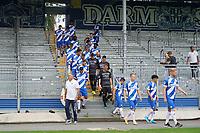 Mannschaft kommt von der Tribüne - 27.08.2020: SV Darmstadt 98 Mannschaftsfoto, Stadion am Boellenfalltor, 2. Bundesliga, emonline, emspor<br /> <br /> DISCLAIMER: <br /> DFL regulations prohibit any use of photographs as image sequences and/or quasi-video.