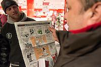 Am Samstag den 17. Januar 2015 wurde die erste Ausgabe der franzoesischen Satire-Zeitschrift Charlie Hebdo nach dem Mordanschlag am 7. Januar auch in Deutschland verkauft. Auf Grund der grossen Nachfrage in Frankreich wurden nur wenig Exemplare nach Deutschland geschickt. So sind in Berlin angeblich nur 125 Stueck zum Verkauf ausgeliefert worden.<br /> Am Berliner Hauptbahnhof haben Menschen seit dem Vorabend um 23.30 vor einem Zeitungsladen angestanden, um bei Oeffung um 5.00 Uhr eines der begehrten drei Exemplare zu bekommen, die dort angeliefert wurden.<br /> So kam es bei Ladenoeffung zum Teil zu tumultartigen Szenen, bei denen sich die wartenden gegenseitig im Preis ueberboten oder die Verkaeufer beschimpften, weil nur ein Exemplar in der Filiale war.Im Bild: Ein Mann der erfolglos seit dem Vorabend angestanden hat, darf ein Exemplar zumindest mal kurz in der Hand halten, dass <br /> Kenny Rebenstock aus Torgelow (links) kaufen konnte. Kenny Rebenstock ist dafuer extra aus Mecklenburg Vorpommern gekommen.<br /> 17.1.2015, Berlin<br /> Copyright: Christian-Ditsch.de<br /> [Inhaltsveraendernde Manipulation des Fotos nur nach ausdruecklicher Genehmigung des Fotografen. Vereinbarungen ueber Abtretung von Persoenlichkeitsrechten/Model Release der abgebildeten Person/Personen liegen nicht vor. NO MODEL RELEASE! Nur fuer Redaktionelle Zwecke. Don't publish without copyright Christian-Ditsch.de, Veroeffentlichung nur mit Fotografennennung, sowie gegen Honorar, MwSt. und Beleg. Konto: I N G - D i B a, IBAN DE58500105175400192269, BIC INGDDEFFXXX, Kontakt: post@christian-ditsch.de<br /> Bei der Bearbeitung der Dateiinformationen darf die Urheberkennzeichnung in den EXIF- und  IPTC-Daten nicht entfernt werden, diese sind in digitalen Medien nach §95c UrhG rechtlich geschuetzt. Der Urhebervermerk wird gemaess §13 UrhG verlangt.]