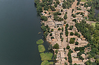 MALI, Gao, aerial view, river Niger and clay houses / Luftbild des Fluß Niger