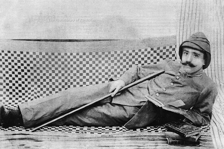 Syrie 1925?.Ismael Shawess, soldat, lisant .Syria 1925?.Ismael Shawess reading