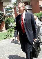 Il direttore generale di Unicredit Corporate Banking Piergiorgio Peluso al termine della prima parte della riunione del collegio arbitrale per dirimere la vertenza tra Italpetroli ed Unicredit, presso lo studio di Ruperto a Roma, 5 luglio 2010..UPDATE IMAGES PRESS/Riccardo De Luca
