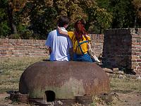 Liebespaar in der Festung,  Belgrad, Serbien Europa<br /> love couple in the fortress Kalemegdan,  Belgrade, Serbia, Europe