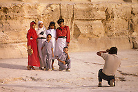 - a tourists family makes itself a photo in front of the pyramids of Giza....- famiglia di turisti si fa fotografare davanti alle piramidi di Giza