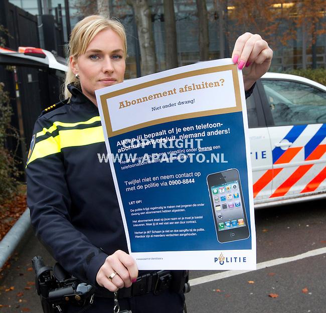 Apeldoorn, 091214<br /> Mandy Starke van de politie in Apeldoorn is vandaag gestart met een preventieproject om abonnementfraude onder jongeren te voorkomen. Bij scholen, jongerencentra en bibliotheken gaan wijk- en jeugdagenten flyers uitdelen om het onderwerp bespreekbaar te maken. De politie wil ook bereiken, dat dit onderwerp thuis wordt besproken.<br /> Foto: Sjef Prins -  APAFoto