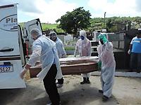 Limoeiro (PE), 12/05/2021 - Covid-Pernambuco - Enterro de mais uma vítima de Covid-19 no cemitério de São João Batista em Limoeiro, agreste de Pernambuco, nesta quarta-feira (12). Com mais de 60mil habitantes ea 77 km do Recife passa somar 86 óbitos em consequencia da pandemia.