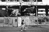 Belgrado, una ragazzina con zainetto passa di fronte alle macerie del palazzo del Ministero della Difesa danneggiato dai bombardamenti NATO durante la guerra del Kosovo nel 1999 --- Belgrade, damage of 1999 NATO bombardment on the Yugoslav Ministry of Defence building. A girl with backpack passing in front its rubble