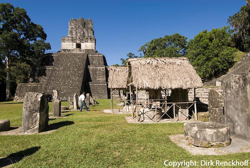 Guatemala,Tikal Nationalpark, Plaza Mayor mit Maya Tempel Nr. 2