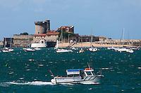 Europe/France/Aquitaine/64/Pyrénées-Atlantiques/Pays-Basque/Ciboure: Le Fort de Socoa et la navetet maritime qui assure la liaison avec Saint-Jean-de-Luz