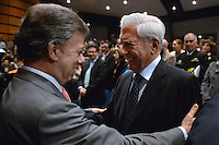 BOGOTA -COLOMBIA. 01-05-2014. El presidente Santos junto a Vargas Llosa en La Feria Internacional del Libro de Bogotá 2014, FILBO, que tiene este año como país invitado a Perú es el evento de promoción de la lectura y la industrial editorial más importante en Colombia./ President Santos handshake Nobel Vargas Llosa During The International Book Fair in Bogota 2014, FILBO, that has this year as a guest country to Peru is the most important event to promote the reading and the editorial industry in Colombia. Photo: VizzorImage/ Gabriel Aponte / Staff