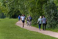 Spaziergänger auf der Entenwerder Halbinsel in Rotheburgsort, Hamburg, Deutschland<br /> Strollers on Entenwerder peninsula in Rotheburgsort, Hamburg, Germany