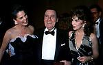 ALI MACGRAW CON ALBERTO SORDI E GINA LOLLOBRIGIDA<br /> PREMIO THE BEST PARIGI 1988