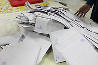 23 ottobre 2011 Tunisi, elezioni libere per l'Assemblea Costituente, le prime della Primavera araba: un mucchio di schede elettorali durante lo scrutinio in un seggio.<br /> premieres elections libres en Tunisie octobre <br /> tunisian elections
