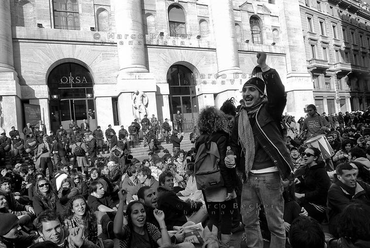 milano, presidio degli studenti davanti alla borsa in piazza affari per protestare contro i tagli previsti dalla riforma dell'istruzione --- milan, students in front of the stock exchange in affari square protest against the spending cut provided by the school reform