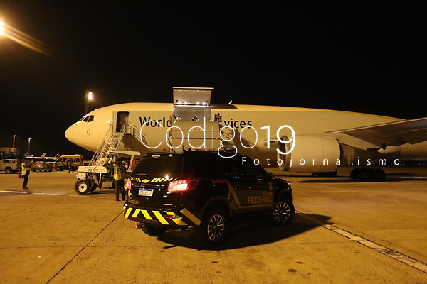 Campinas (SP), 01/06/2021 - Vacina-SP - O sexto lote da vacina contra Covid-19 da Pfizer/BioNTech chegou ao Brasil nesta terça-feira (1), em voo que aterrissou por volta das 20h no Aeroporto Internacional de Viracopos, em Campinas, interior de São Paulo. Nesta remessa serão enviadas 936 mil doses.