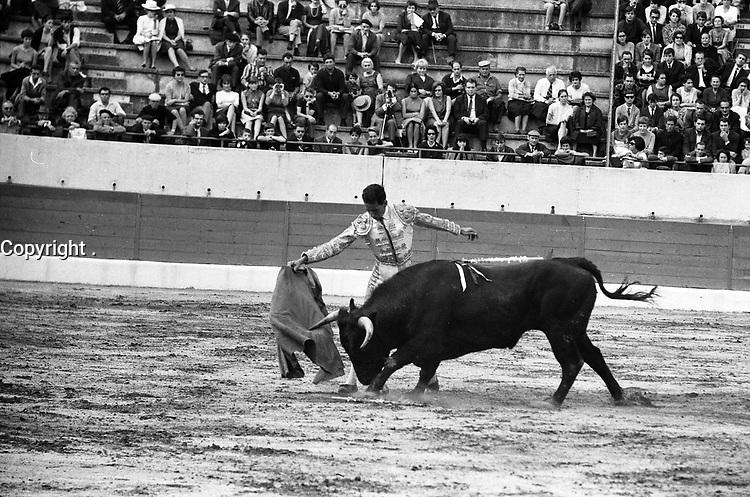 Corrida aux Arènes du Soleil d'Or (quartier des Arènes). 2 octobre 1966. Scène de tauromachie. Au 1er plan Gregorio Lalanda