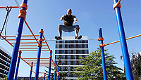 Nederland - Amsterdam - 2019.   Demonstratie Calisthenics (Calesthenics). Fitness in de buitenlucht.      Foto mag niet in negatieve / schadelijke context gepubliceerd worden.  Berlinda van Dam / Hollandse Hoogte