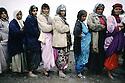 Turquie 1991 .Réfugiées attendant une distribution de repas à Tchoucourdja.Turkey 1991.Refugees queuing in Tchucurdja .