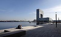 Nederland Amsterdam 2020. Rust en ruimte bij de nieuwe steiger bij de Houthaven. Pontsteiger appartementen. Foto ANP / Hollandse Hoogte / Berlinda van Dam