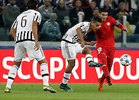Calcio, Champions League: Gruppo D - Juventus vs Siviglia. Torino, Juventus Stadium, 30 settembre 2015. <br /> Juventus' Paulo Dybala, center, is challenged by Sevilla's Jose' Reyes during the Group D Champions League football match between Juventus and Sevilla at Turin's Juventus Stadium, 30 September 2015. <br /> UPDATE IMAGES PRESS/Isabella Bonotto