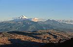 Amérique du Sud. Equateur. Trekking sur les volcans d'Equateur. Vue de Quito et du Cotopaxi (5897 m) au lever du solel.South America. Ecuador. Trekking on the volcanoes